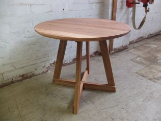 Round table splayed legs